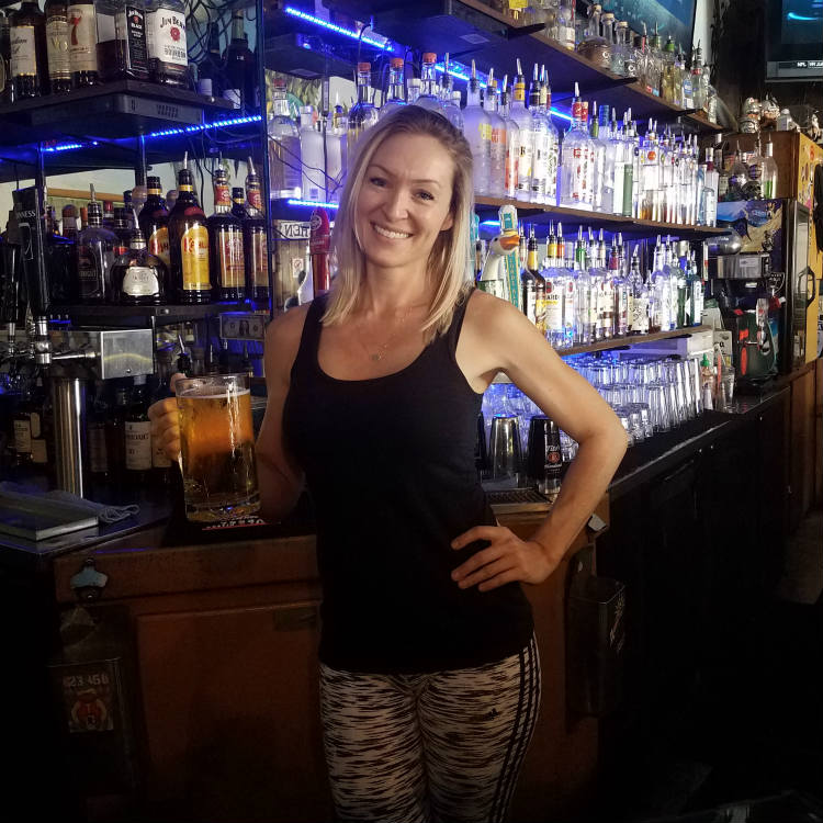 bartender jess at hauis lifes a beach kihei - maui happy hours