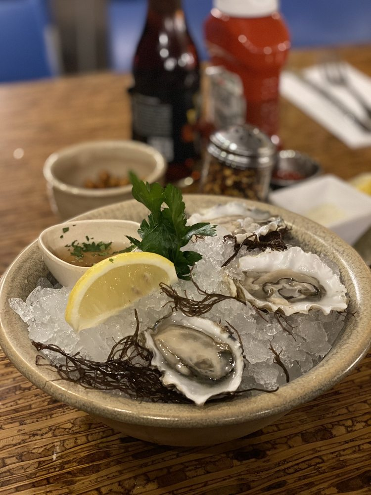 Oysters at Honu Lahaina Happy Hour