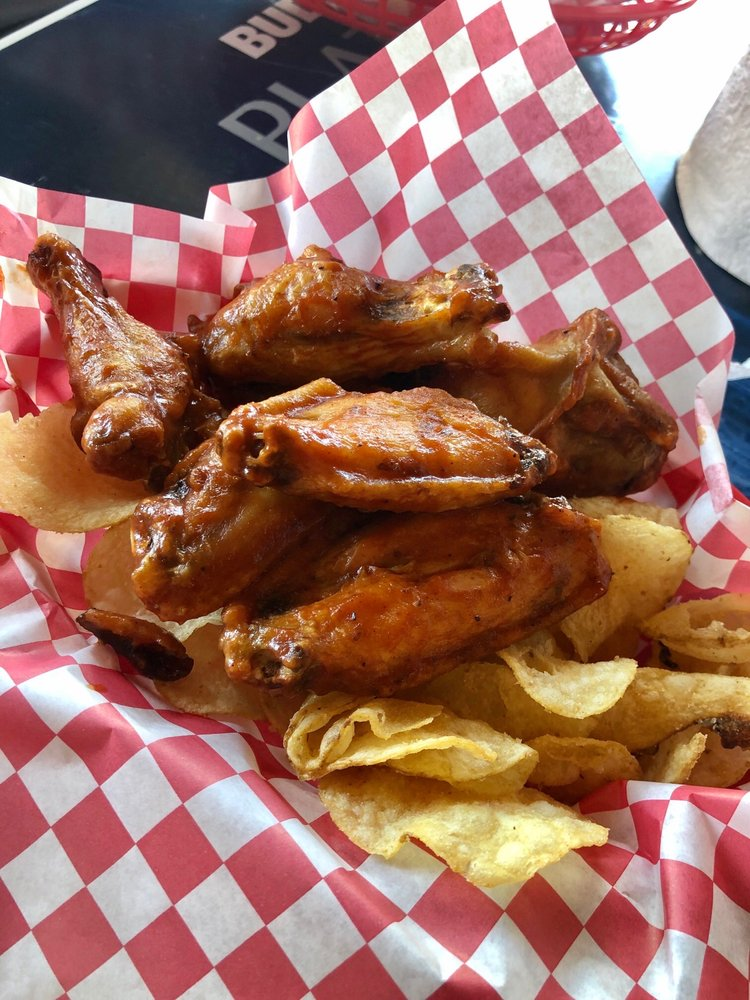 Chicken wings at Spankys Maui happy hour