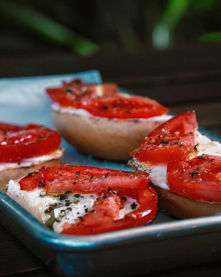 Paia Bay Coffee happy hour - bagels with creme cheese and tomatoes