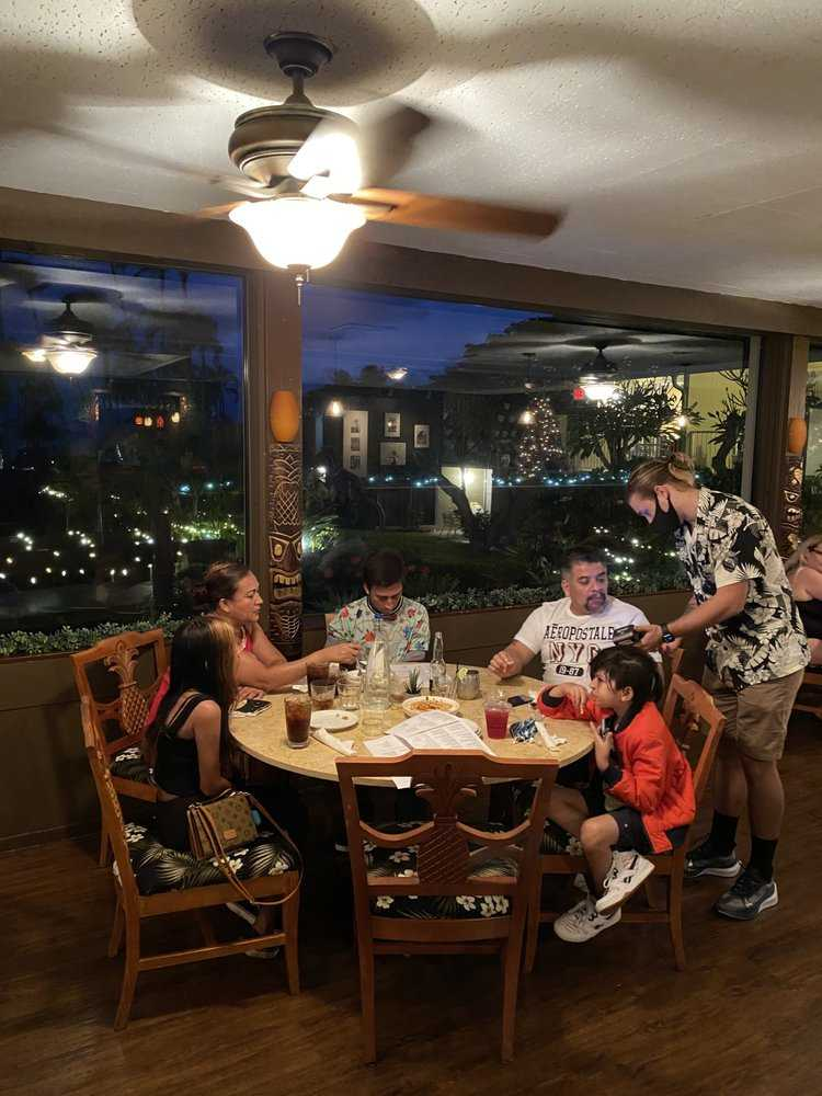 Family dining in Maui during happy hour 2021